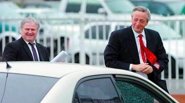 """Néstor Kirchner junto a su secretario Daniel Muñoz: """"Le pregunto, entonces, y a modo hipotético, que, si Muñoz tenía más o menos 96 millones de dólares, cuánto podía blanquear Néstor que era su jefe. Víctor no puede precisarlo, pero quizás unos mil, dos mil millones de dólares"""", cuenta Macchiavelli"""