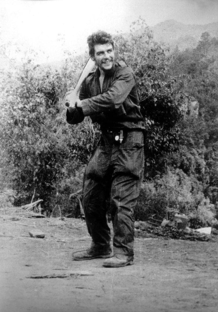 Guevaraen 1958 con un bate de béisbol en Sierra Maestra (AFP PHOTO / CENTRO DE ESTUDIOS CHE GUEVARA)