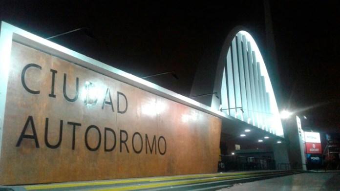 El ingreso principal del autódromo y el histórico arco. Nueva denominación: Ciudad Autódromo