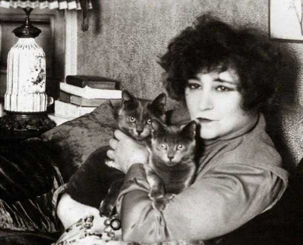 La célebre escritora francesa Colette y sus gatos, Henri Manuel, 1935, DR