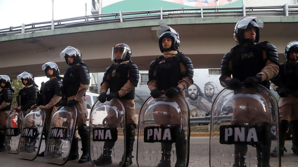 Efectivos de Infantería de Prefectura naval Argentinaen el Puente Pueyrredón