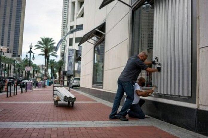 Dos personas preparan la Quinta Avenida en Nueva Orleans para la llegada del huracán Laura el 23 de agosto de 2020.  REUTERS/Kathleen Flynn