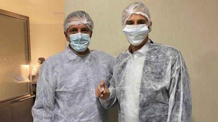 Marcelo Figueiras y Sergio Massa, con una de las dosis de Sputnik V fabricada en la Argentina