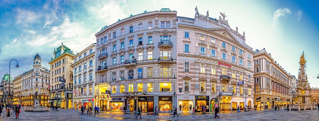 La capital y ciudad más grande de Austria posee un pasado intelectual y musical que le dio forma a una de las urbes más interesantes y vibrantes de Europa. Fue en el año 2001 que la Unesco declaró el Centro histórico de Viena como un Patrimonio de la Humanidad, por sus cualidades arquitectónicas y porque, desde el siglo XVI, es universalmente reconocida como la capital musical de Europa