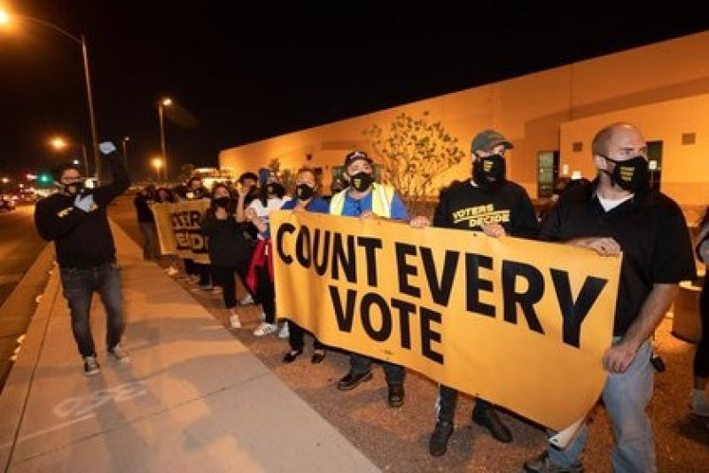 Distintas marchas tuvieron lugar en los Estados Unidos para protestar contra los pedidos de Trump para detener el conteo de votos. Foto: REUTERS/Steve Marcus