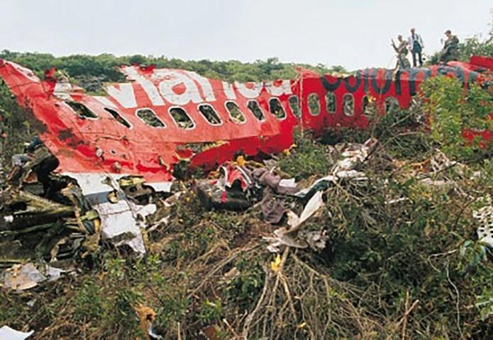 Las 110 personas que estaban en el avión de Avianca, entre pasajeros y tripulación, murieron junto a tres más que estaban en tierra cuando cayeron las partes de la aeronave.
