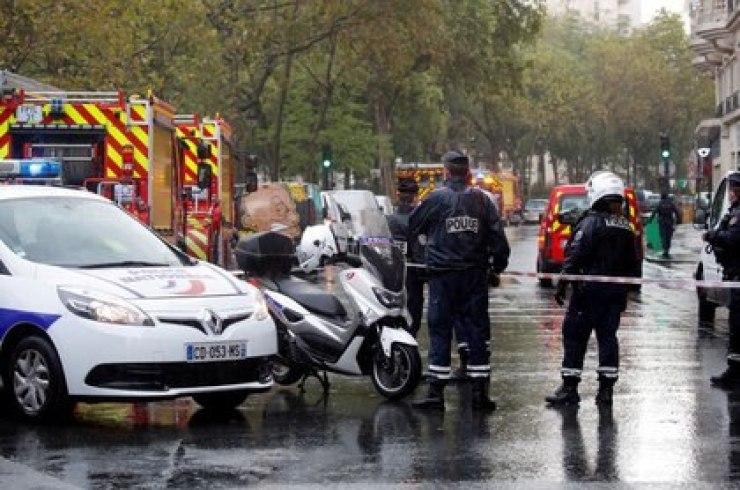 Foto del viernes de agentes de la policía en la escena de un ataque cerca de la ex sede de la revista Charlie Hebdo, en Paris.  Sep 25, 2020 (REUTERS/Charles Platiau)