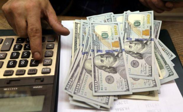 Imagen de archivo de un empleado contando dólares en una casa de cambio en El Cairo, Egipto. 20 mar 2019. REUTERS/Mohamed Abd El Ghany.