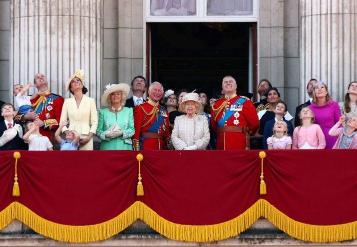 Imagen de archivo de la Reina Isabel de Inglaterra, el príncipe Carlos, el príncipe Enrique, el príncipe Guillermo y Kate duquesa de Cambridge, junto a otros miembros de la familia real británica, observan al equipo acrobático aéreo Red Arrows de la Royal Air Force durante el desfile Trooping the Colour en Londres, Reino Unido (REUTERS)