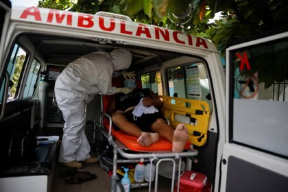 A paramedic of Doctors Without Borders, who provide an ambulance service to poor and violence-stricken communities in the eastern metropolitan area of San Salvador, attends a patient with a possible case of the coronavirus disease (COVID-19), as the coronavirus disease (COVID-19) outbreak continues, in Soyapango, El Salvador July 28, 2020. REUTERS/Jose Cabezas
