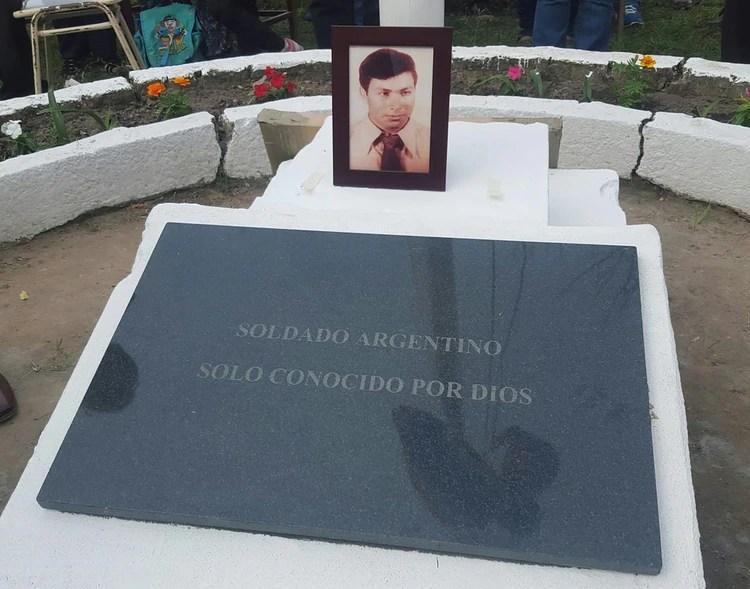 La placa que hasta enero de este año estuvo debajo de la cruz de Ramón Blanco en el cementerio de Darwin, fue entronizada en la escuela de Arroyo Pontón