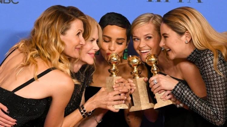 Laura Dern, Nicole Kidman, Zoe Kravitz, Reese Witherspoon y Shailene Woodley posan junto a las estatuillas que ganaron en los Globos de Oro (AFP)