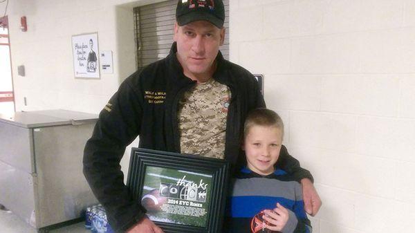 """Bill Kohler con su hijo Ayden. Al nacer, el ex médico de combate dijo que le había """"salvado la vida"""". Ahora, él intenta desesperadamente al menos cumplir sus deseos"""