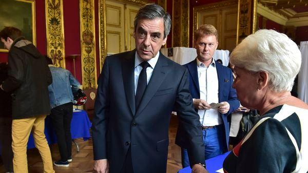 El candidato republicano François Fillon, de Les Republicains (LR), emite su voto en una mesa de votación en París (EFE)
