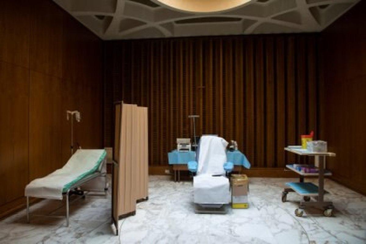 Una sala para vacunaciones en el Vaticano (Medios del Vaticano / a través de REUTERS)