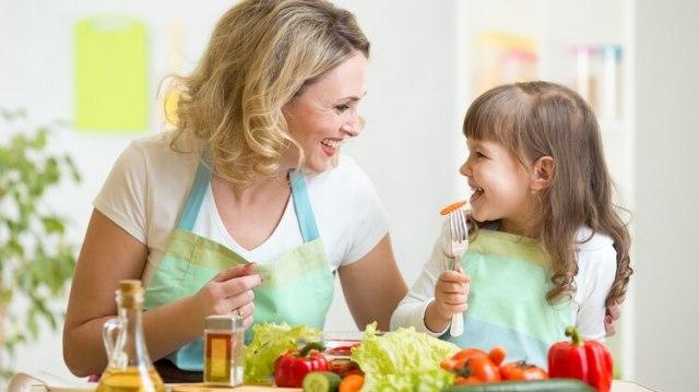 El consumo de alimentos nutritivos, empezando por las frutas y verduras debe fomentarse desde la infancia (Shutterstock)