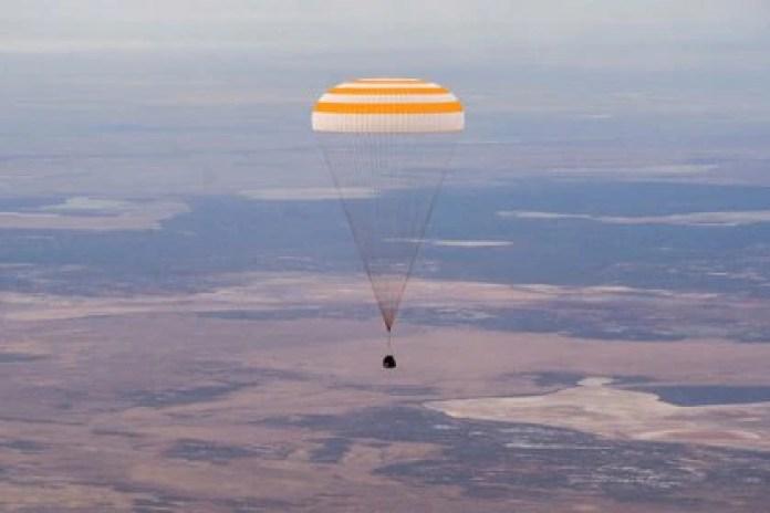 La cápsula Soyuz MS-16 descendió con un paracaídas justo antes de aterrizar en una zona remota en las afueras de Zhezkazgan, Kazajistán, el 22 de octubre de 2020 (GCTC/Agencia espacial rusa Roscosmos/Handout vía REUTERS)