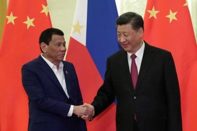 FOTO DE ARCHIVO: El presidente filipino, Rodrigo Duterte, le da la mano al presidente chino, Xi Jinping, antes de la reunión en el Gran Salón del Pueblo en Beijing, China, el 25 de abril de 2019. Kenzaburo Fukuhara / Pool vía REUTERS
