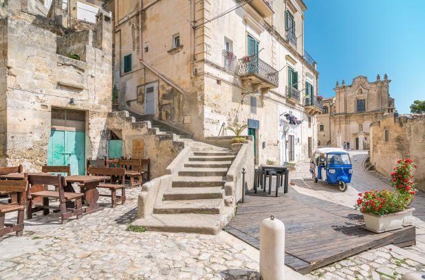 Ubicado en el empeine de la bota de Italia, Matera es mejor conocida por las estructuras blancas sassi talladas en sus colinas de piedra caliza, que le otorgaron a la ciudad una designación de la UNESCO