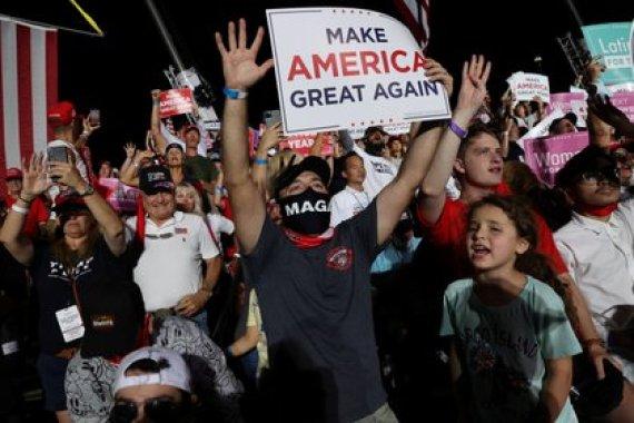Los partidarios reaccionan cuando el presidente de los Estados Unidos, Donald Trump, realiza un mitin de campaña, el primero desde que recibió tratamiento por la enfermedad del coronavirus (COVID-19), en el Aeropuerto Internacional Orlando Sanford en Sanford, Florida. REUTERS/Jonathan Ernst