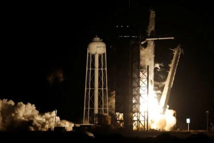Un cohete SpaceX Falcon 9, coronado con la cápsula Crew Dragon, transporta a cuatro astronautas en la primera misión comercial de la tripulación de la NASA (REUTERS/Tom Baur)