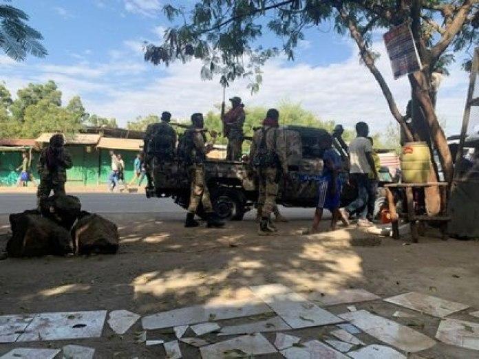 Varios miembros de la Fuerza de Defensa Nacional de Etiopía se preparan para una misión en Sanja, en la región de Amhara cerca de la frontera con Tigray, Etiopía, el 9 de noviembre de 2020 (REUTERS/Tiksa Negeri)
