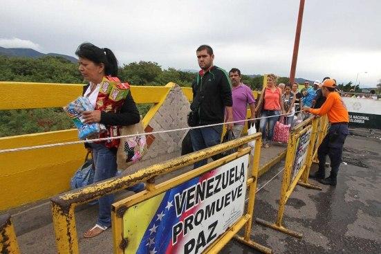 Venezolanos emigran a otros países de la región (AFP)