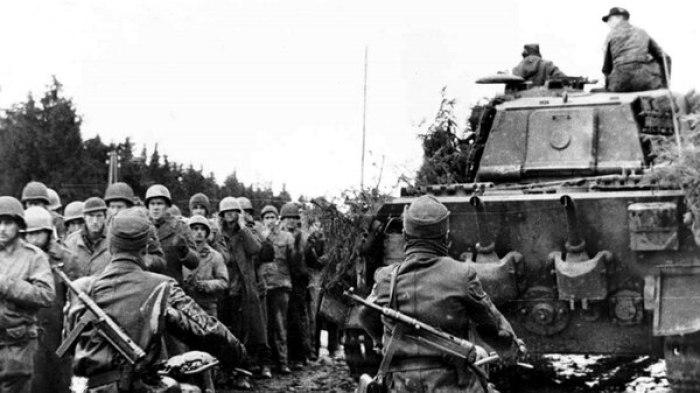 Más prisioneros estadounidenses, junto a un tanque pesado alemán Tiger II