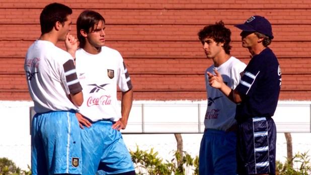 José Pekerman junto a Lionel Scaloni, Guillermo Pereyra y Pablo Aimar en la previa al partido por la segunda fase del preolímpico sudamericano de Sydney 2000 que se jugó en Brasil (Reuters)