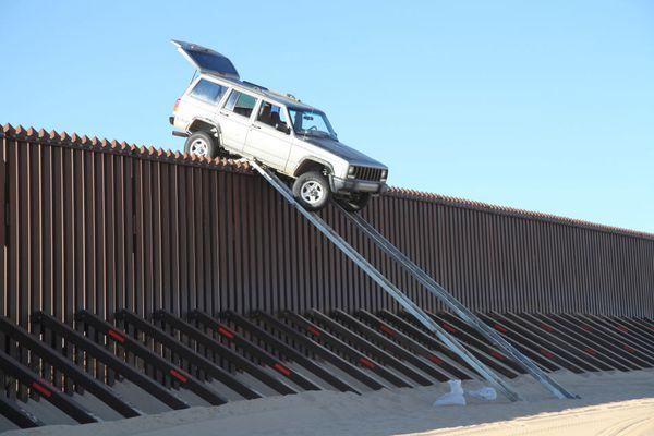 En 2012, otro automóvil intentó con una rampas cruzar la valla fronteriza, pero se quedó atascado