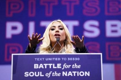 Lady Gaga se dirige a los simpatizantes de Biden en la Heinz Field arena de Pittsburgh (REUTERS/Kevin Lamarque)
