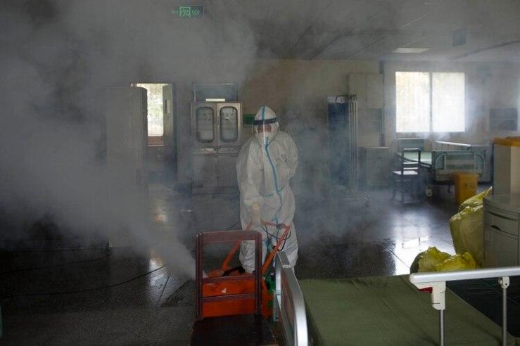 Un trabajador desinfecta una habitación en el hospital No. 7 de Wuhan [19 de marzo de 2020] (Foto de STR/ AFP)