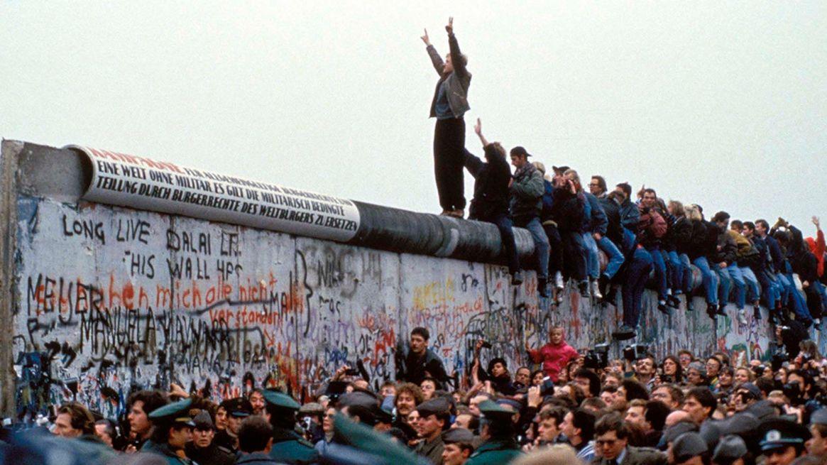 La significación más fundamental del muro es separación entre los hermanos exiliados y los que se han quedado. Foto: AFP.