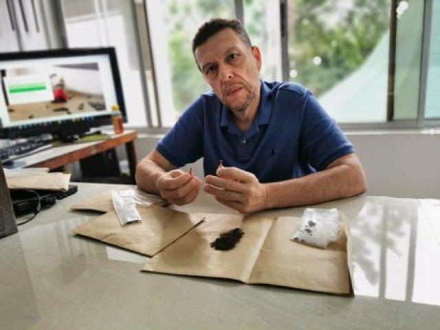 Nicolás Escobar muestra para Infobae los restos de su tío Pablo Emilio Escobar Gaviria, que guarda como tesoros en su casa