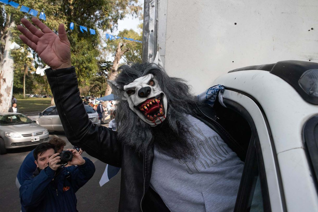 Nadie se quiere perder la foto del lobo. (Franco Fafasuli)