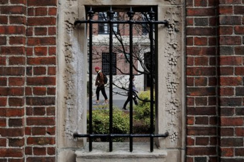 Students and pedestrians walk through the courtyard of Harvard University (REUTERS / Brian Snyder / File Photo)
