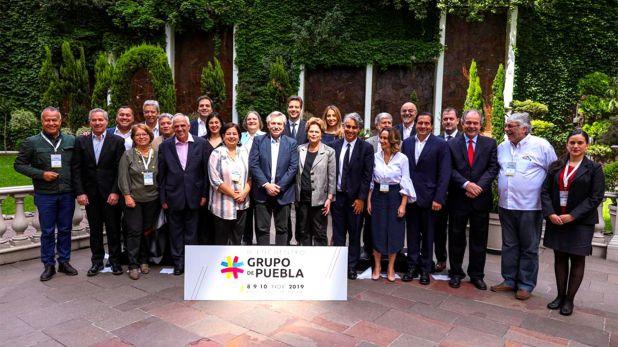 Los asistentes al encuentro del Grupo de Pueblo posan para la foto de familia, con Alberto Fernández y Dilma Rousseff en el centro de la escena