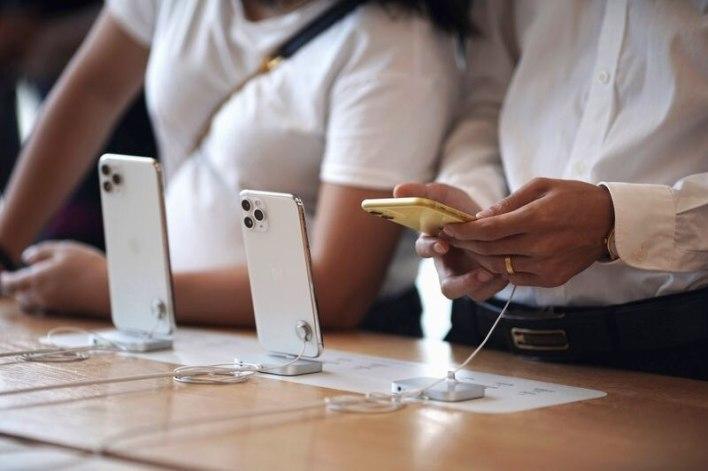FOTO DE ARCHIVO. La gente mira los nuevos modelos de iPhone 11, iPhone 11 Pro y iPhone 11 Pro Max de Apple, en Hong Kong. 10 de octubre de 2019. (REUTERS/Athit Perawongmetha)