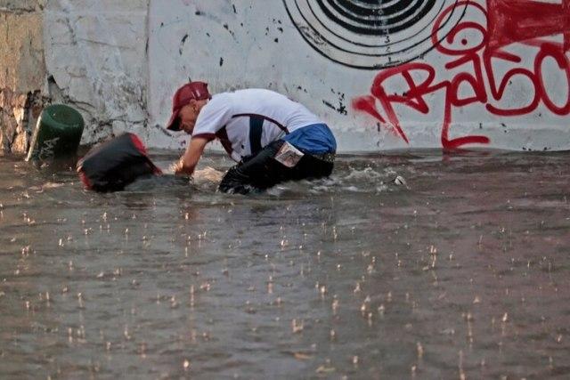 Una fuerte lluvia dejo afectaciones en el área metropolitana de Guadalajara: carros arrastrados por las corrientes, arboles caídos y una persona fallecida (FOTO:CUARTOSCURO.COM)
