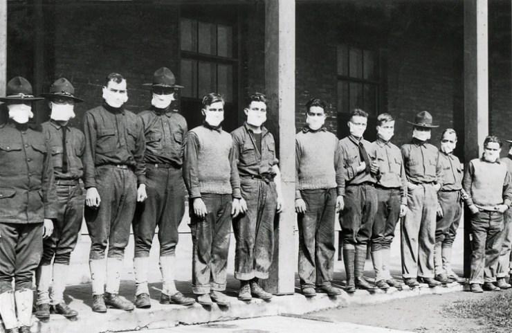 Los médicos llevaban máscaras para evitar la gripe en el hospital del ejército estadounidense, el 19 de noviembre de 1918, durante la pandemia de gripe española, de 1918-1919 (Foto: Shutterstock)