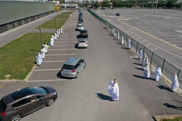 Cerca de 200 coches participaron el evento religioso (REUTERS/Pascal Rossignol)