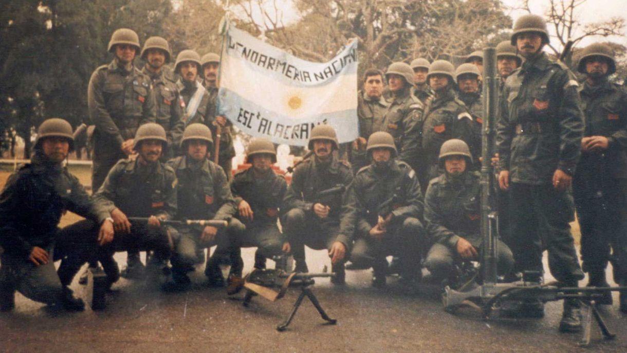 El Escuadrón Alacrán de la Gendarmería posa junto a la bandera argentina que llevaron a las islas, en el primer desfile oficial al regreso de Malvinas. Foto:Gentileza Gendarmería.