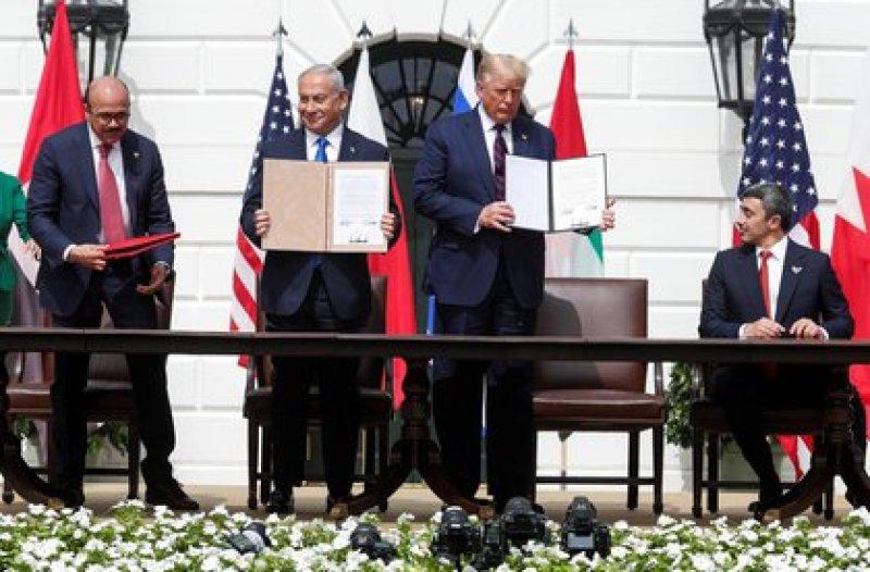 La firma de los acuerdos entre Israel y Bahrein y los Emiratos Árabes Unidos en la Casa Blanca. Foto: REUTERS/Tom Brenner