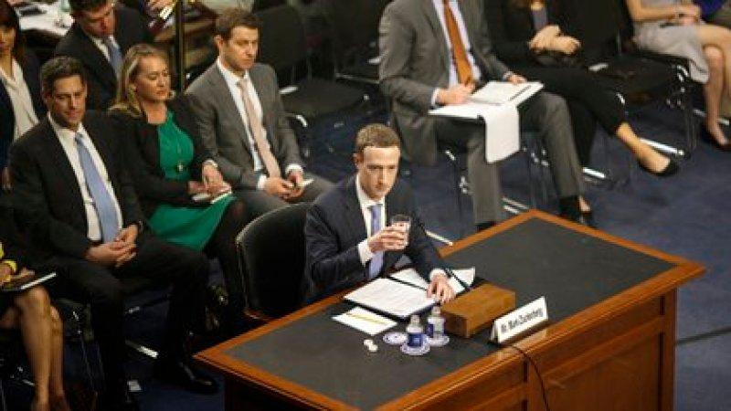 Mark Zuckerberg, el director ejecutivo de Facebook, testificó ante el Congreso de Estados Unidos en abril de 2018 (Tom Brenner/The New York Times)
