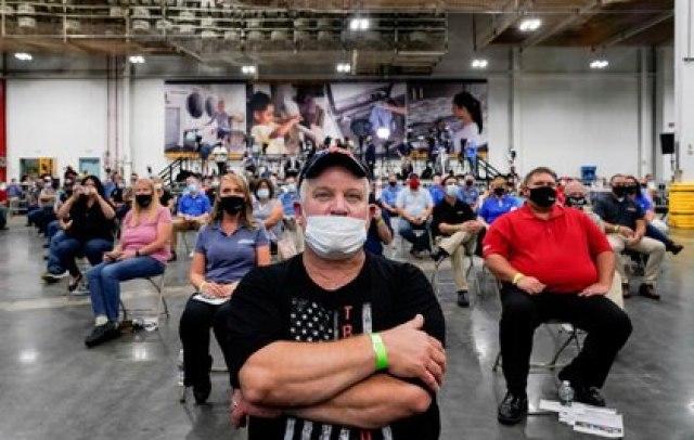 Un trabajador con una máscara facial de la campaña de Trump 2020 en un mitín en la fábrica de lavarropas de Whirlpool Corporation, en Clyde, Ohio. REUTERS/Joshua Roberts/File Photo/File Photo