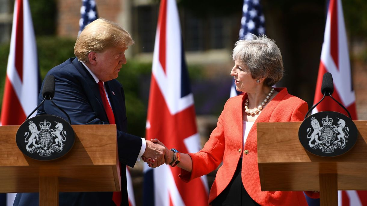 Donald Trump y Theresa May se dan la mano (AFP)