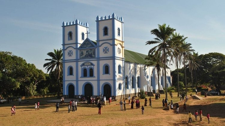 Fanático de Racing, el cura Juan Gabriel Arias pintó de celeste y blanco (los colores de su club, pero también de la Virgen), la iglesia de la pequeña localidad de Mozambique donde es párroco desde hace seis años.