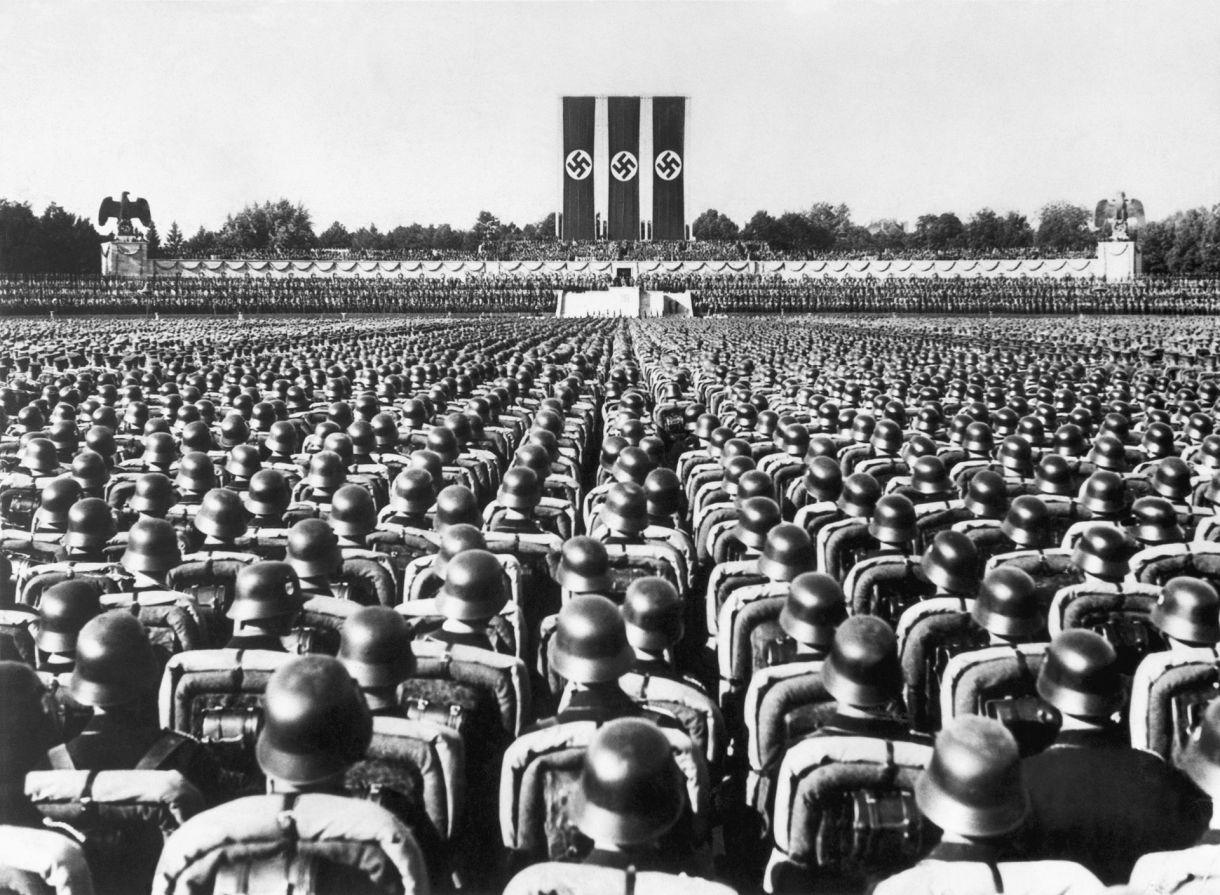 Soldados alemanes escuchan un discurso de Hitler en 1936