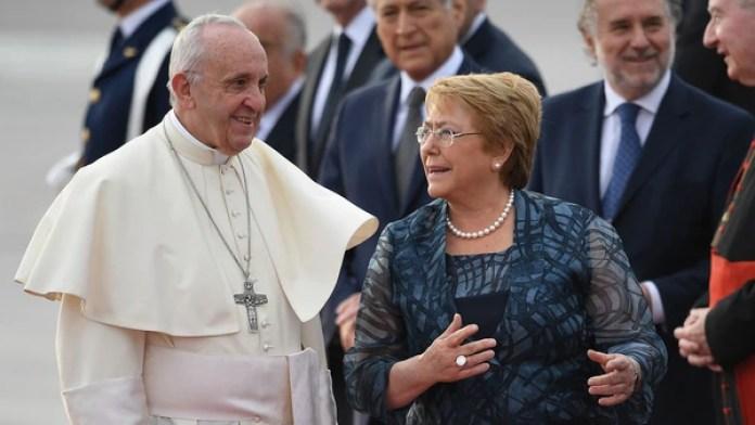 El papa Francisco junto a la presidente de Chile, Michelle Bachelet (AFP)