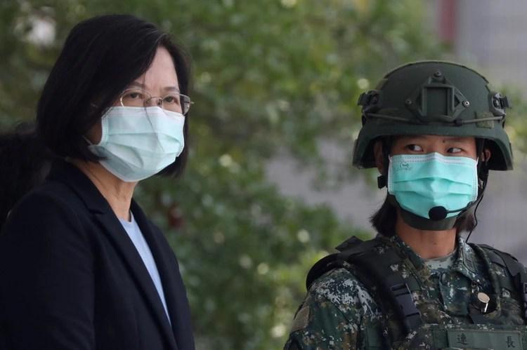 La presidente de Taiwán, Tsai Ing-Wen, con una máscara facial, observa a los soldados demostrar simulacros en un campamento base militar en Tainan, Taiwán (Reuters)